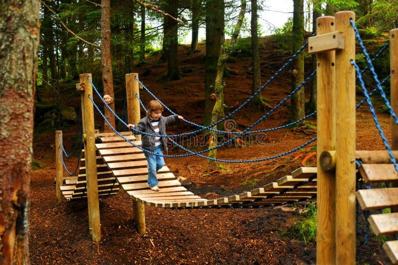 Criança na ponte do campo de jogos fotografia de stock royalty free