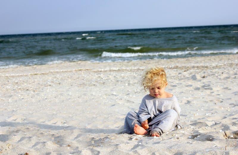 Criança na praia foto de stock