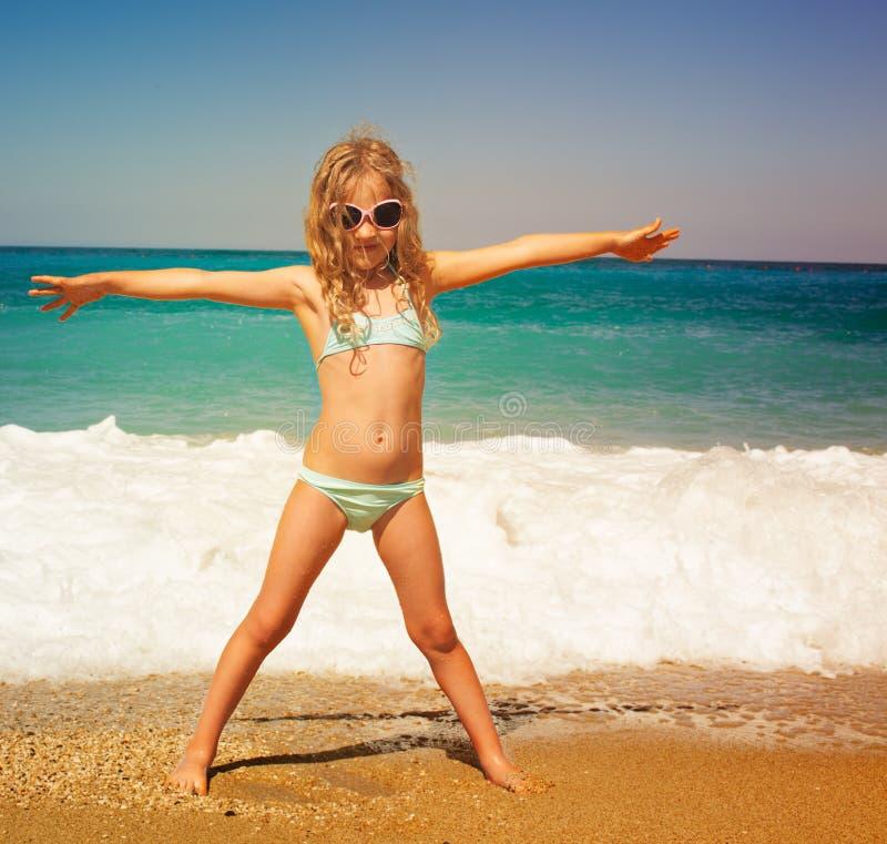 Criança na praia imagens de stock royalty free
