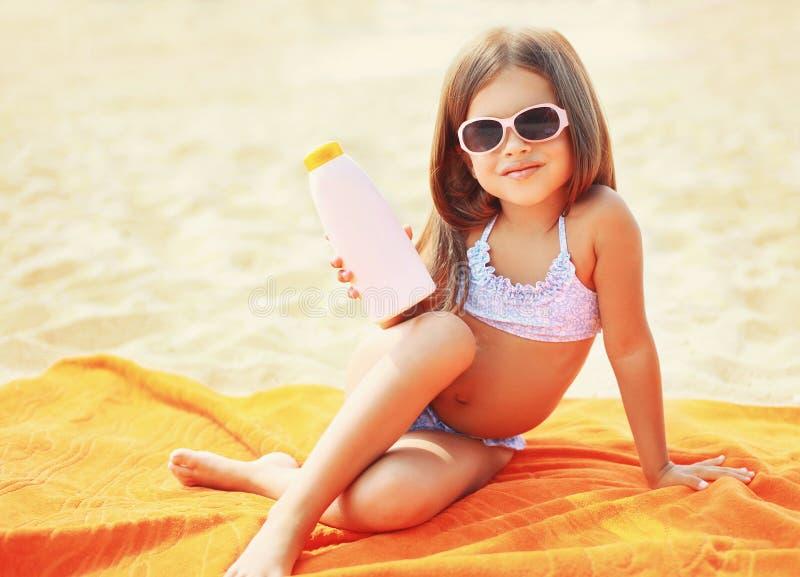 Criança na praia e em mostrar a pele da proteção solar imagens de stock royalty free