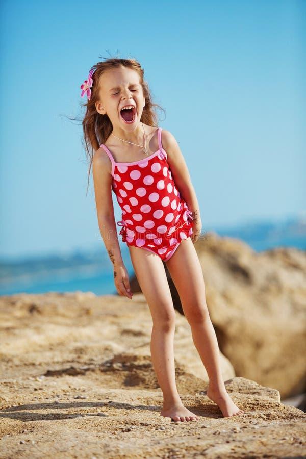 Criança na praia no verão fotografia de stock royalty free