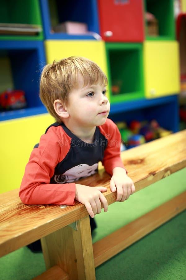 Criança na sala de jogo imagens de stock