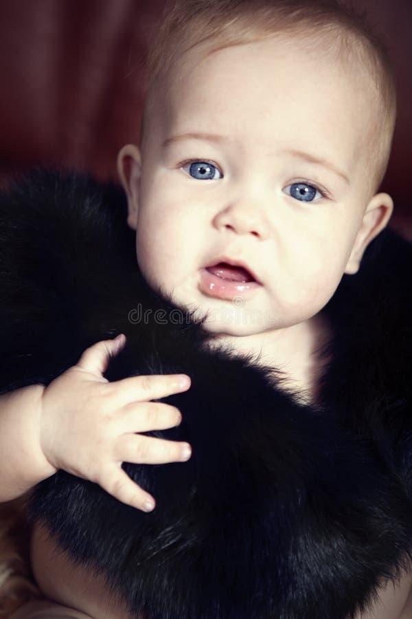 Criança nas peles fotografia de stock