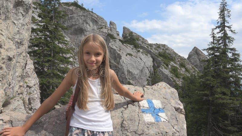 A criança no acampamento, fuga assina nas montanhas, menina do turista, Forest Trip Excursion imagem de stock