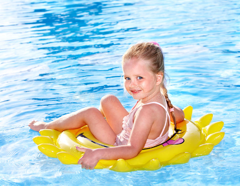 Criança no anel inflável. imagem de stock
