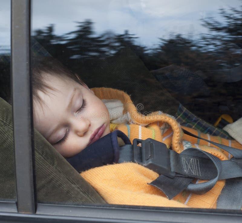 Criança no assento de carro imagem de stock