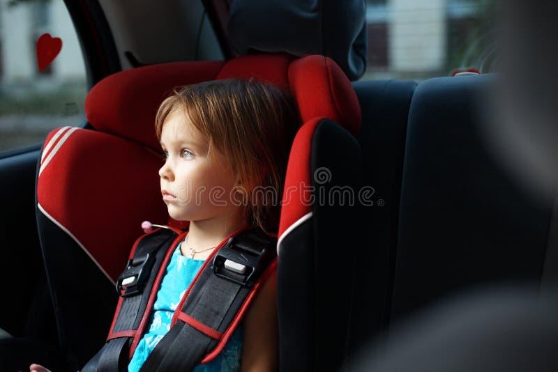 Criança no auto assento do bebê no carro imagem de stock royalty free