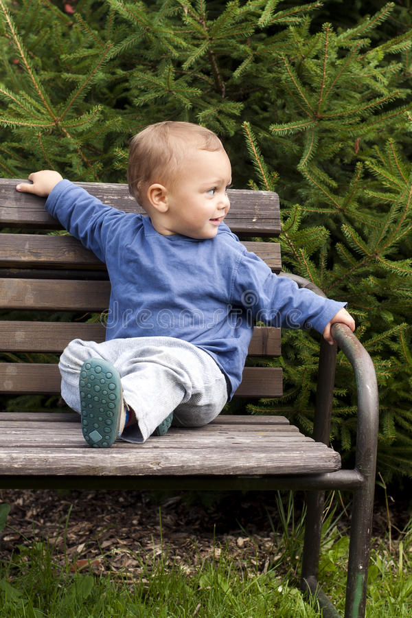 Criança no banco do jardim