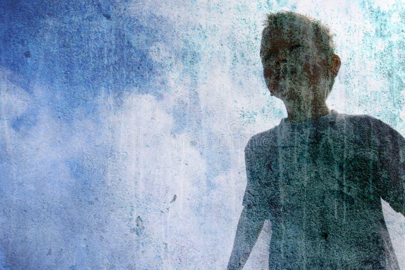 Criança no céu azul foto de stock