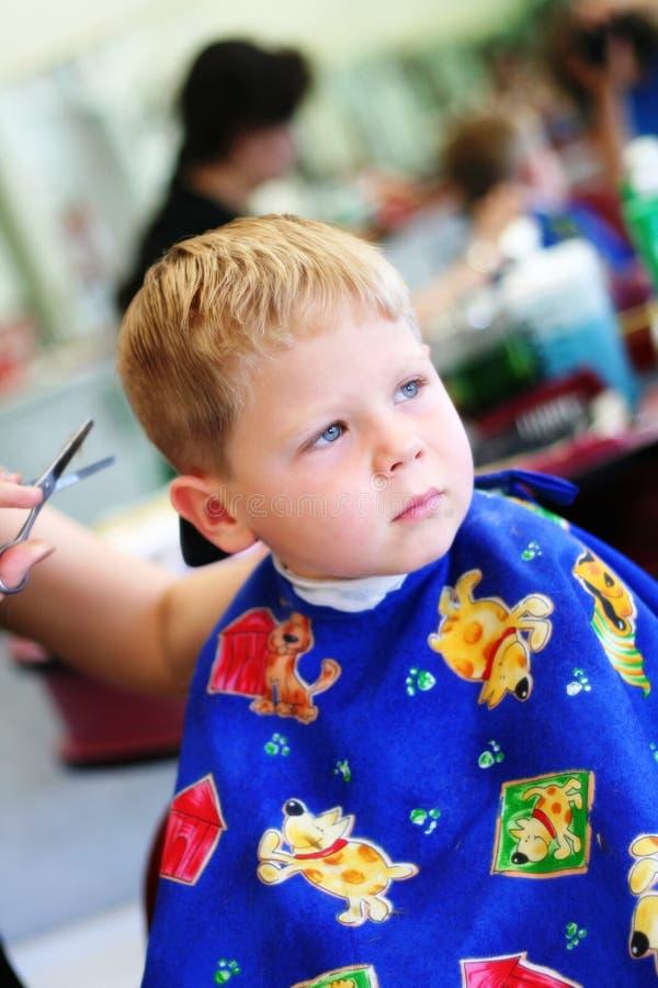 Criança no cabeleireiro imagens de stock