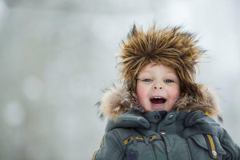 Criança no chapéu do inverno fotografia de stock royalty free