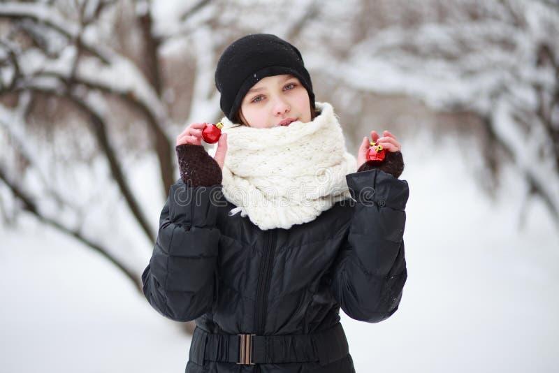 Criança no fundo de uma cidade coberto de neve foto de stock royalty free