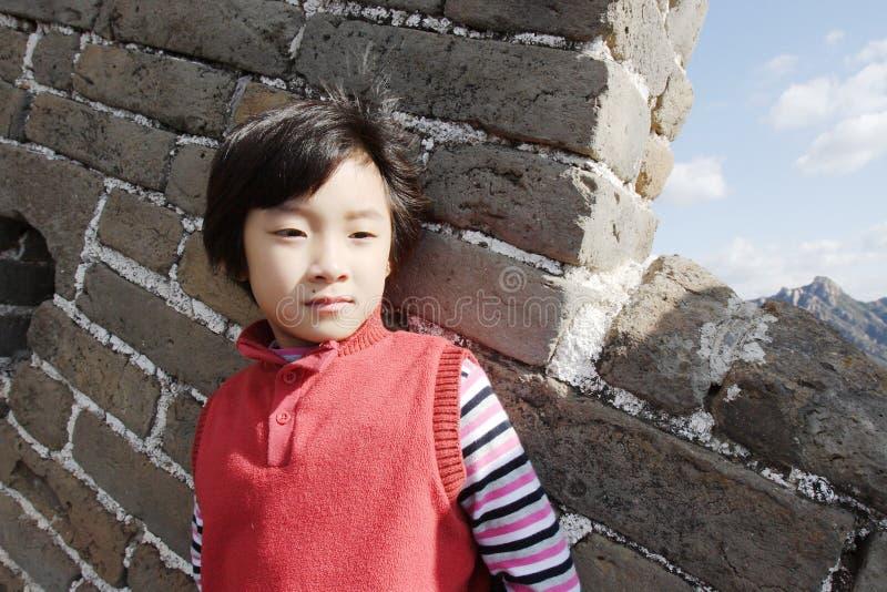 Criança no Grande Muralha de Badaling imagens de stock