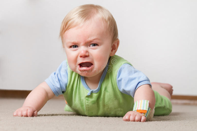 Criança no grito à terra foto de stock