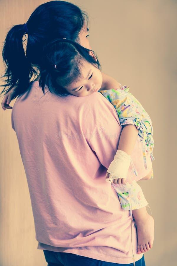 Criança no hospital, asiático salino da doença do intravenous (iv) disponível imagens de stock royalty free