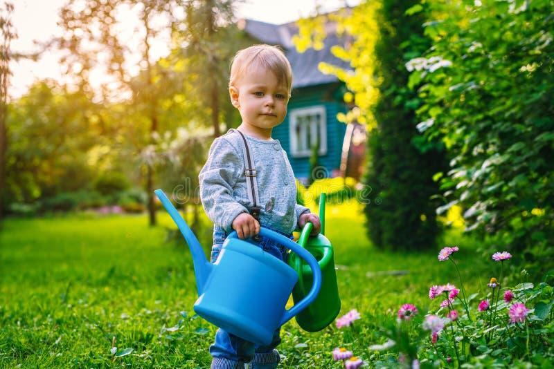 Criança no jardim do verão imagem de stock