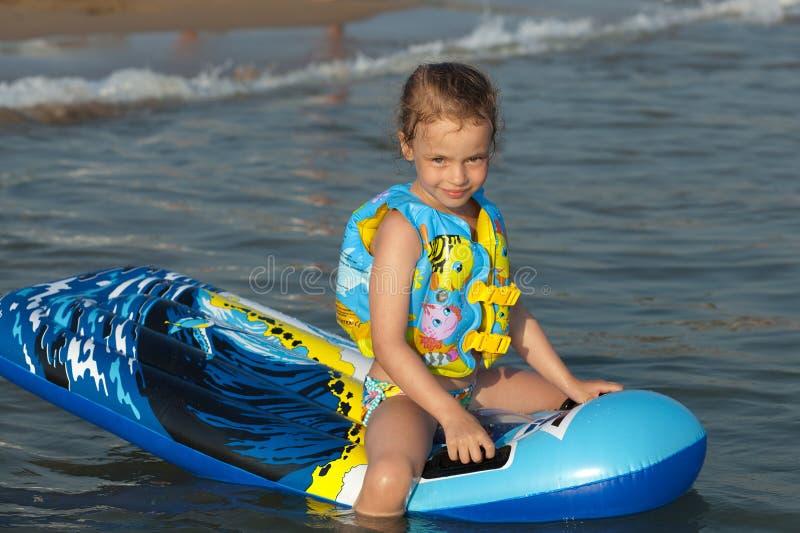 Criança no mar. fotografia de stock