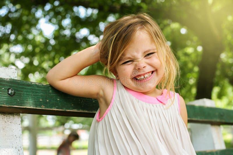Criança no parque em um dia ensolarado fotos de stock royalty free