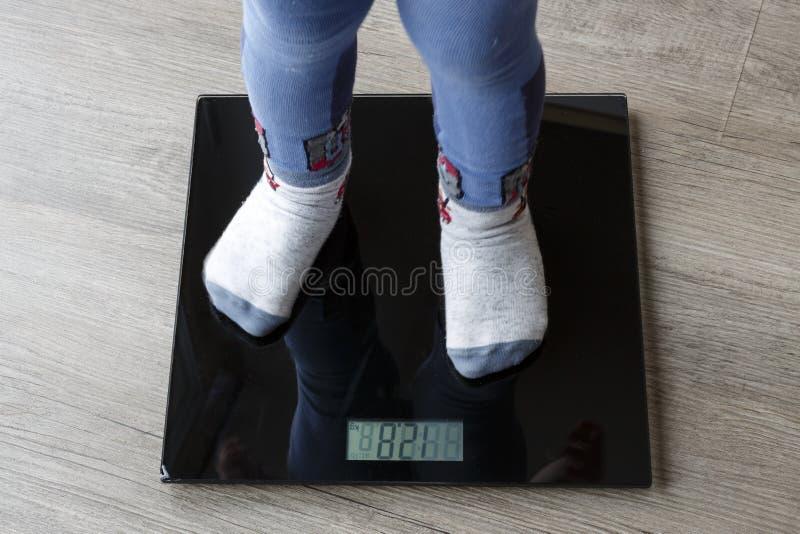 Criança no peso, escala foto de stock royalty free