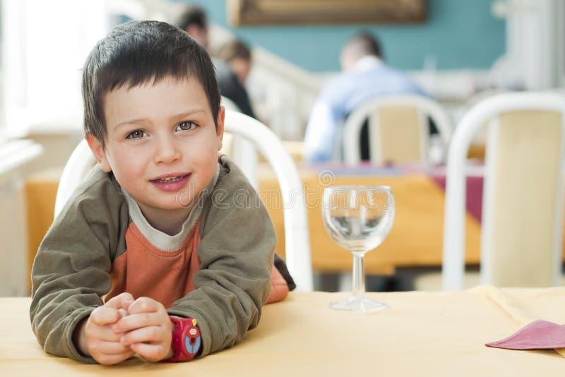Criança no restaurante imagem de stock