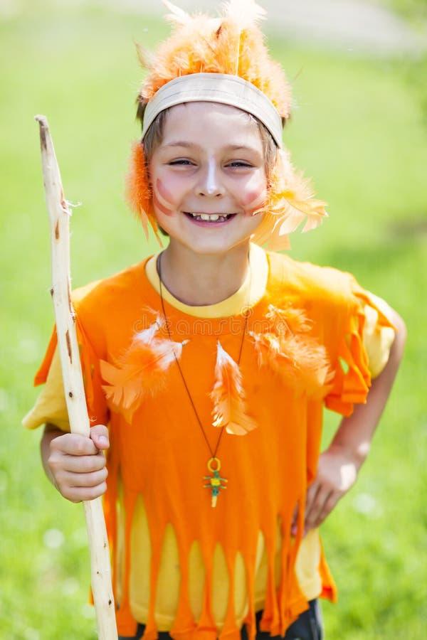Criança no traje do indiano foto de stock