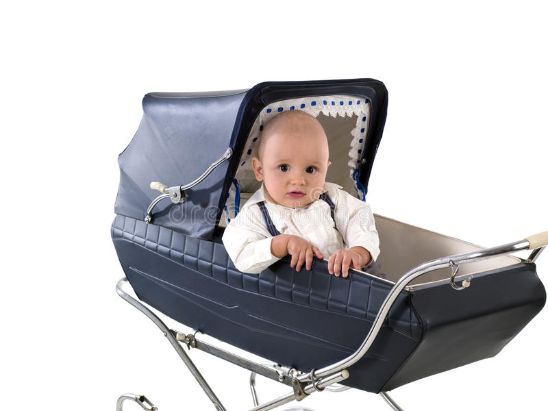 Criança nos anos azuis 6 do vintage de bebê de um carro/pram foto de stock royalty free