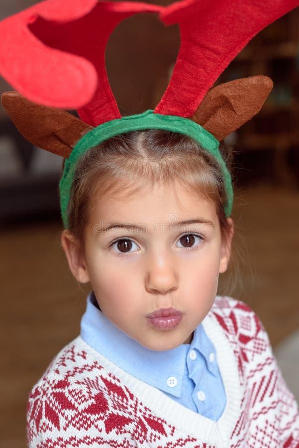 Criança nos chifres fotografia de stock