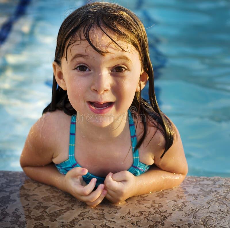 Criança nova adorável que tem o divertimento no feriado fotos de stock royalty free