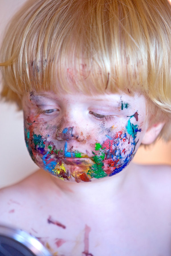 Criança nova coberta na pintura da face imagem de stock