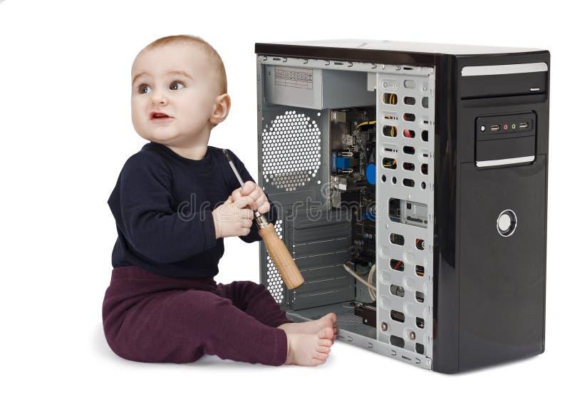 Criança nova com computador aberto imagem de stock royalty free