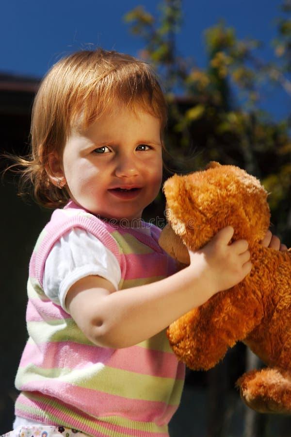 Criança nova com urso de peluche fotos de stock