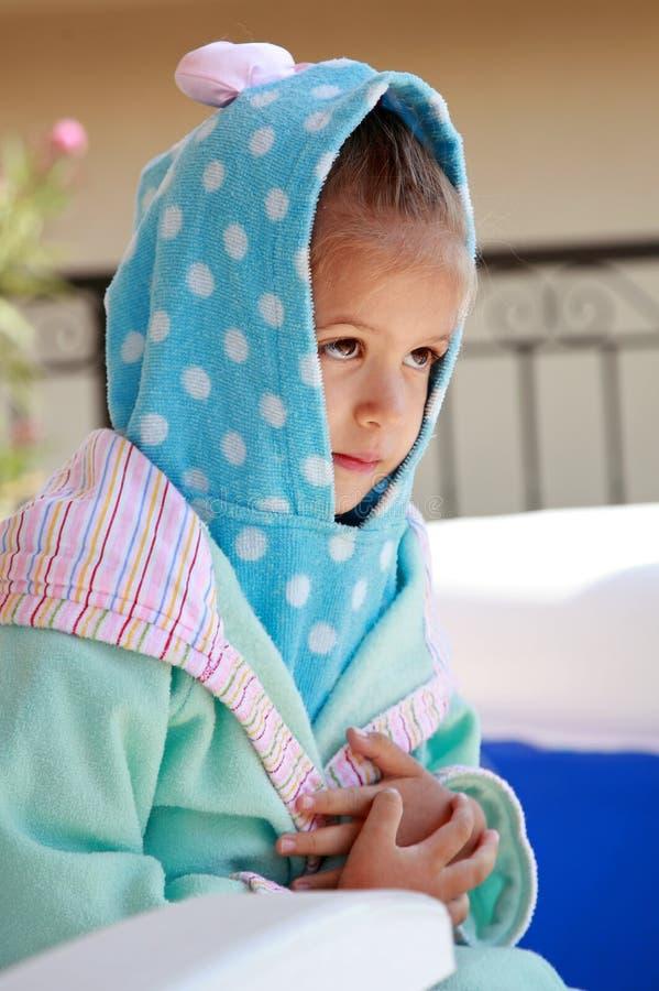 Criança nova de Adroable no bathrobe imagens de stock