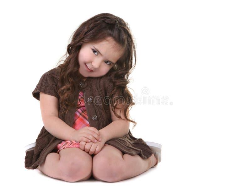 Criança nova de cabelo de Brown que inclina sua cabeça lateralmente imagens de stock royalty free