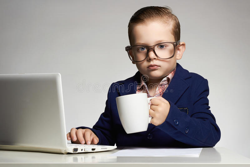 Criança nova do negócio com computador foto de stock