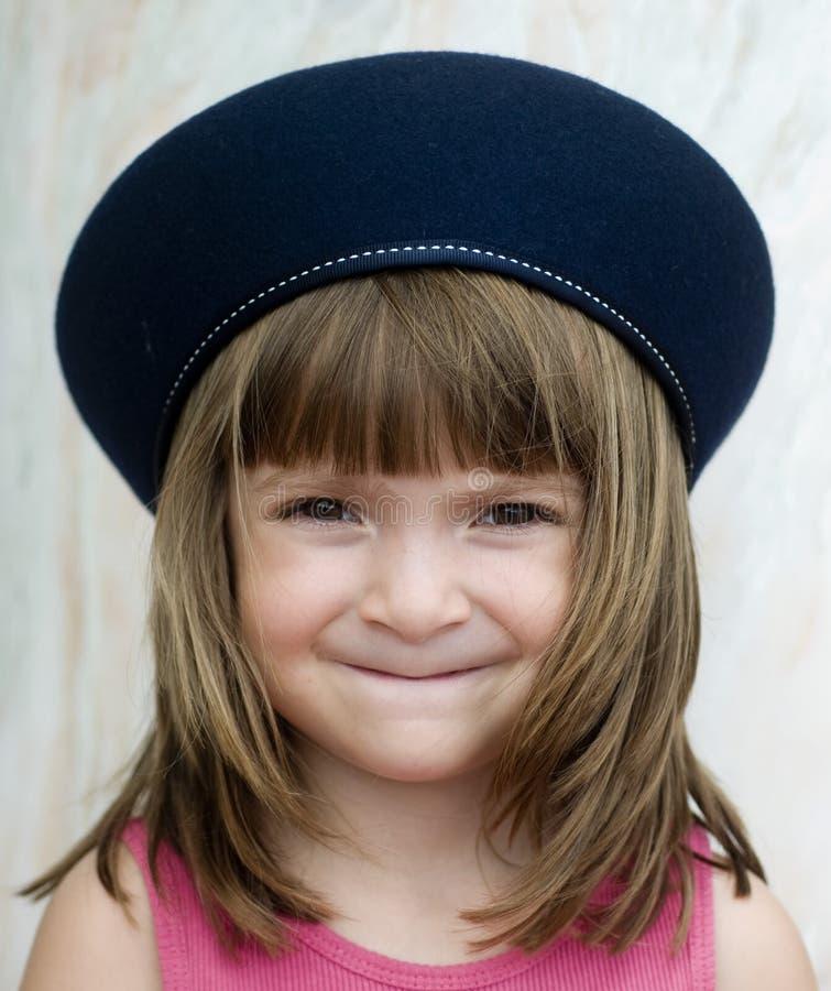 Criança nova que desgasta o chapéu francês da boina imagem de stock