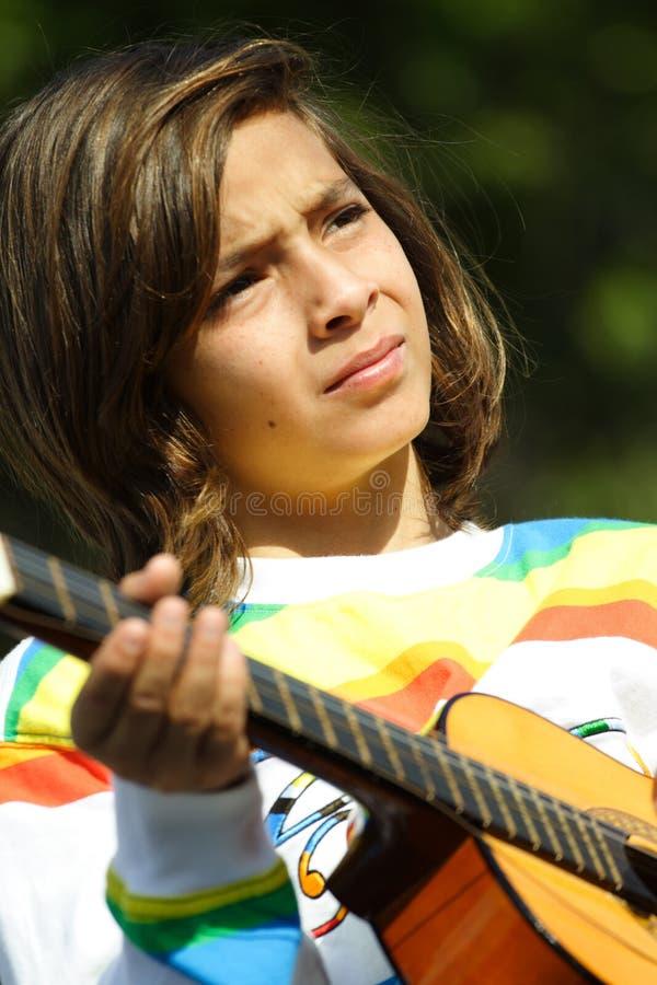 Criança nova que joga a guitarra imagem de stock
