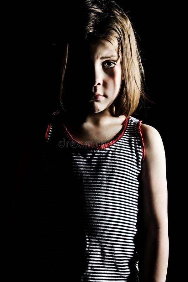 Criança nova que olha comprimida imagem de stock royalty free