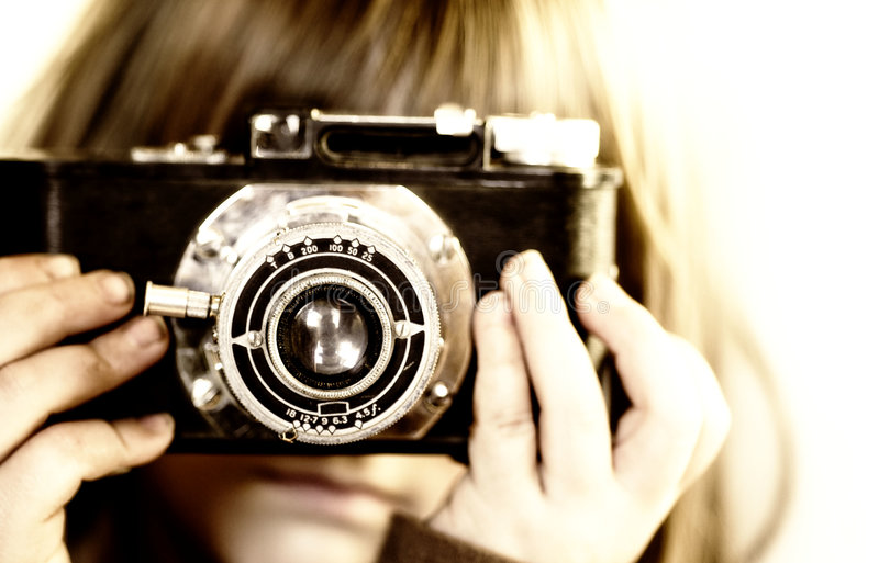 Criança nova que prende a câmera velha fotos de stock