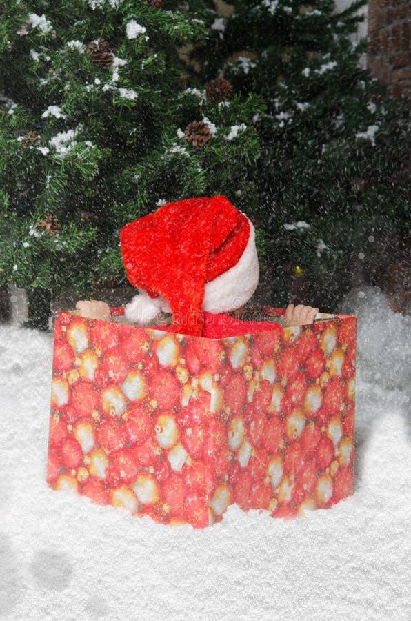 Criança ofendida no terno de Santa que espera o início do Natal fotos de stock