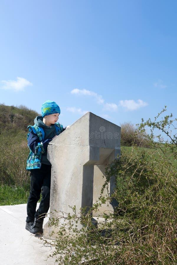 A criança olha a descrição das vistas de Chersonese foto de stock royalty free