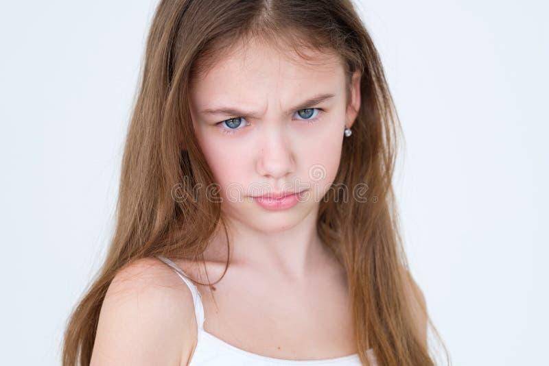 Criança olhando de sobrancelhas franzidas do descontentamento infeliz mal-humorado da emoção imagem de stock royalty free