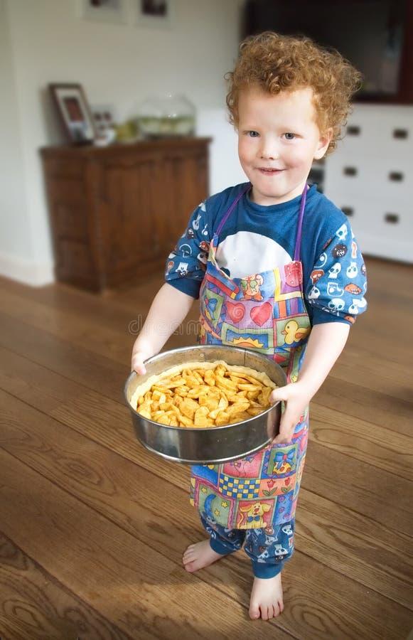 Criança orgulhosa com Applepie fotos de stock