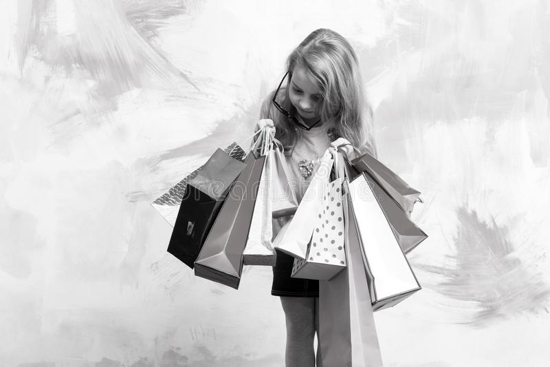 Criança ou menina pequena com bloco do saco de compras ou do presente imagens de stock