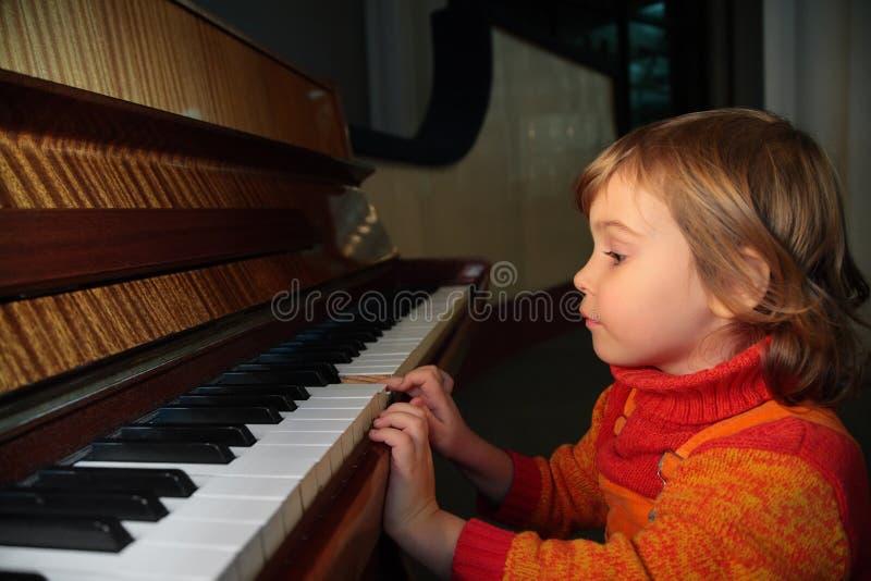 Criança para o piano imagem de stock royalty free
