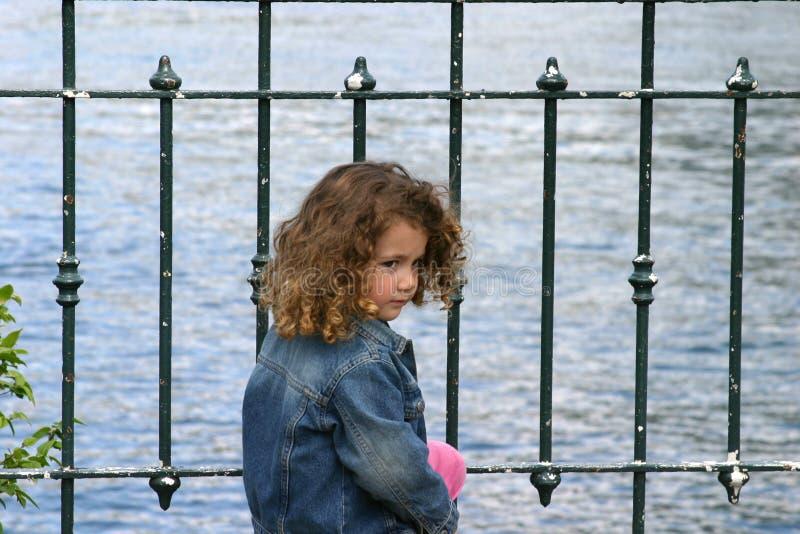 Criança pelo lago imagem de stock royalty free