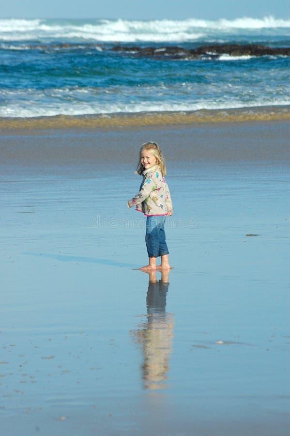 Criança pelo mar imagem de stock royalty free