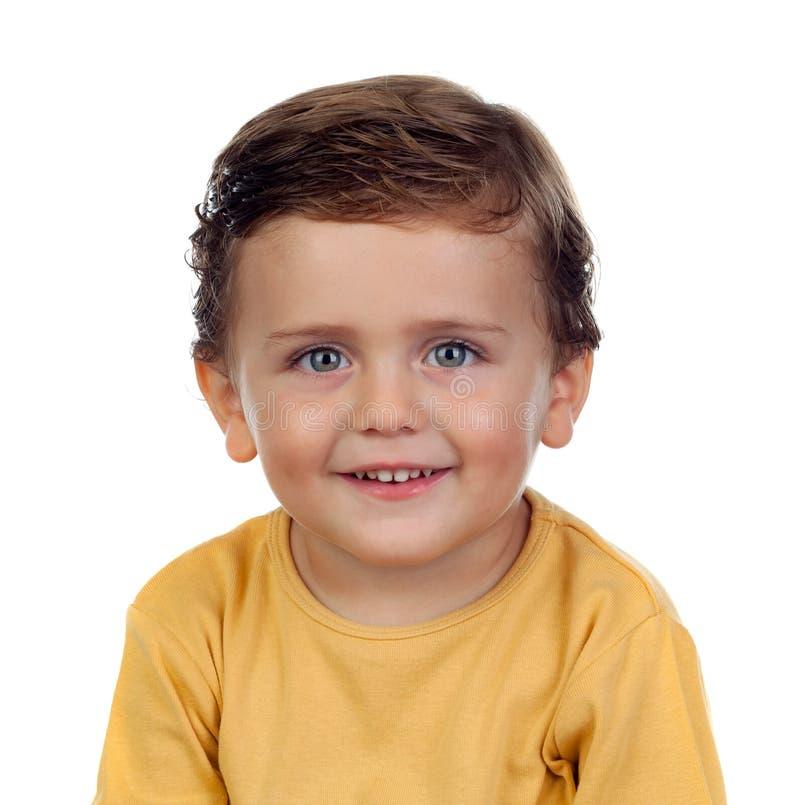 Criança pequena adorável dois anos velha com t-shirt amarelo foto de stock royalty free