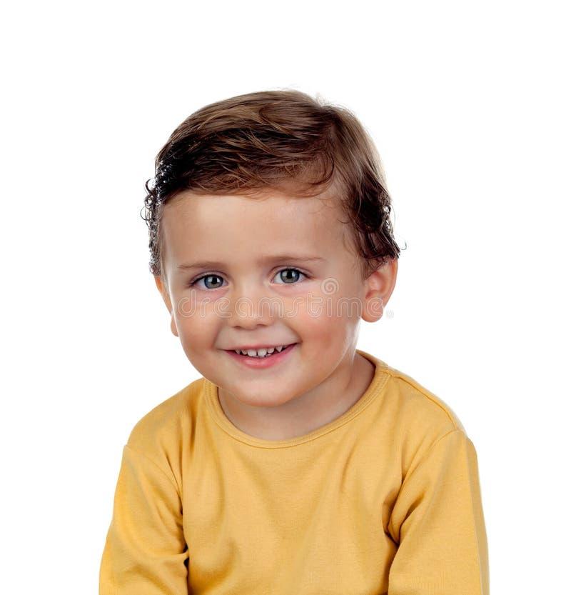 Criança pequena adorável dois anos velha com t-shirt amarelo imagens de stock royalty free