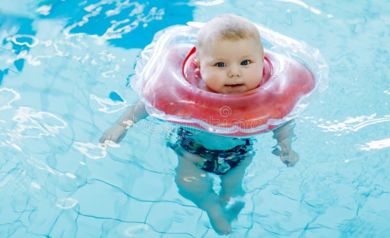 Crian a pequena bonito do beb que aprende nadar com anel for Piscina pequena bebe