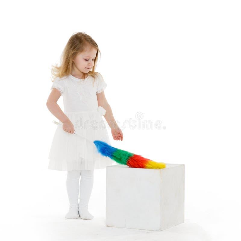 Criança pequena com batedor de ovos foto de stock royalty free